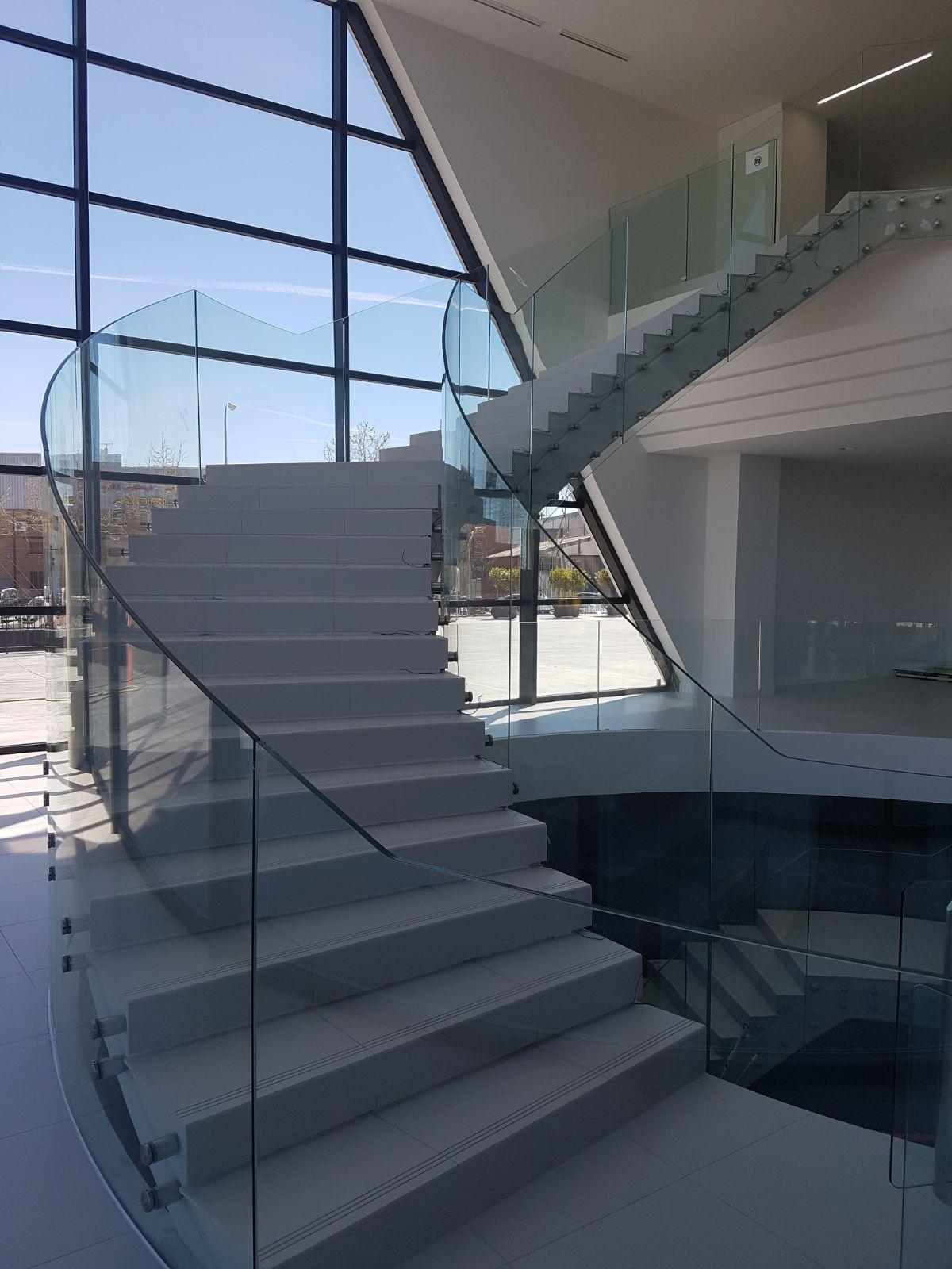 Barandillas de vidrio y escaleras de vidrio con pasamanos en acero inoxidable - Escaleras con cristal ...