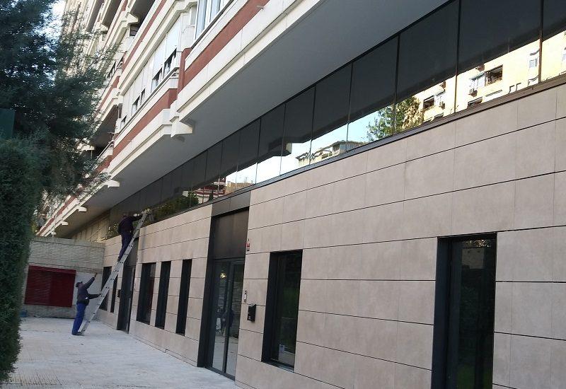 fachada de vidrio y panel composite